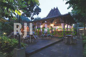 Area resto dengan bangunan khas Jawa klasik