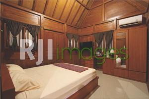 Dekorasi kamar tidur simpel dengan dominasi unsur kayu